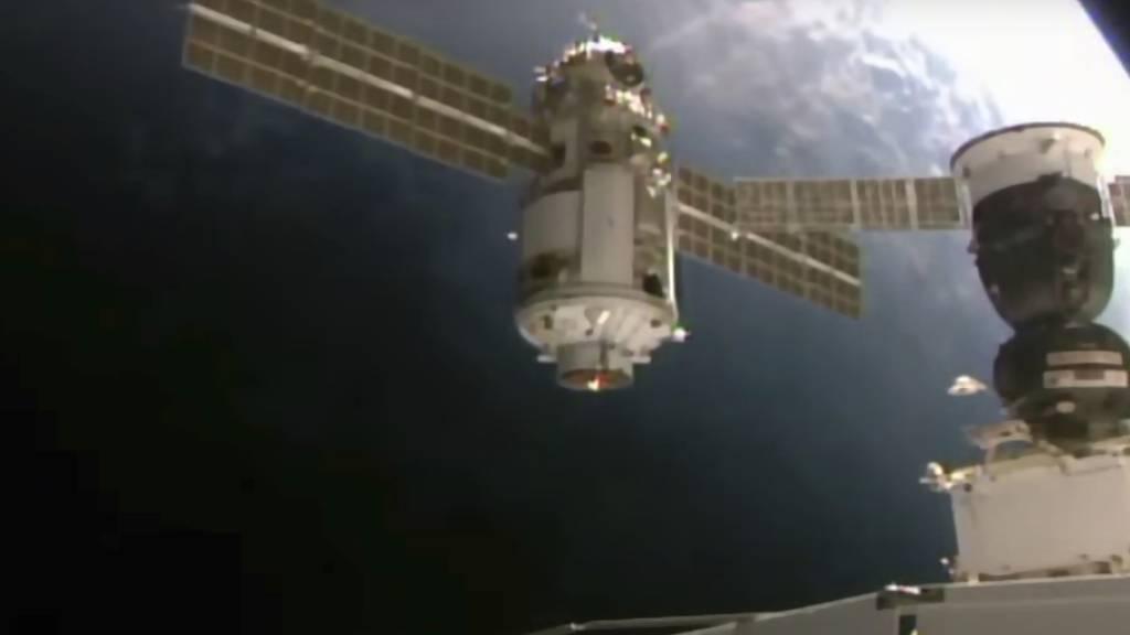Dieses von der NASA am Donnerstag, den 29. Juli 2021, zur Verfügung gestellte Bild zeigt das 22 Tonnen schwere Nauka-Modul, auch Mehrzwecklabor-Modul genannt, bei der Annäherung an die Internationale Raumstation.