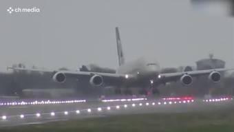 """Stürmische Bedingungen am Samstag am Flughafen London Heathrow: Wegen des Sturms """"Dennis"""" wird die Landung einer Etihad-Airways-Maschine zur Herausforderung. Bei diesen Bildern stockt Ihnen der Atem."""