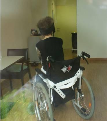 «Trauriger Anblick»: Paul Bossert durfte seine demente Ehefrau, die im Altersheim Schlossacker in Binningen lebt, wochenlang nicht mehr sehen. Weil ihr Zimmer im Erdgeschoss liegt, war es ihm möglich, sie durchs Fenster zu besuchen. Da sah er, dass sie an den Rollstuhl angegurtet war.
