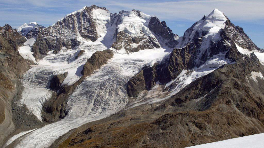Am Sonntagmorgen ist am Piz Roseg (rechts) eine Alpinistin in den Tod gestürzt.