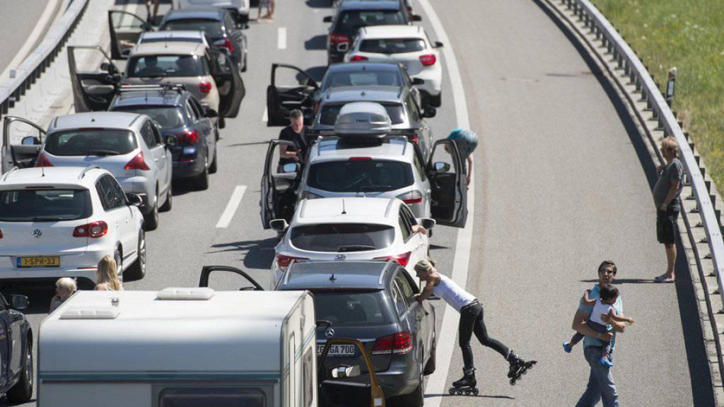 Das übliche Bild auf der A2 dies- und jenseits des Gotthard-Strassentunnels: Bis man in den Tunnel einfahren kann, ist Geduld gefragt. (Archivbild)