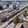Luftaufnahme mit der heutigen Situation am Bahnhof Lenzburg. Dieses Bild wird sich in den kommenden Jahren stark verändern.