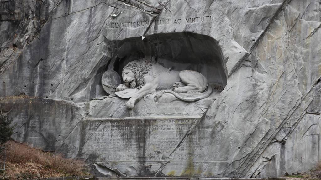 WC-Anlage dominiert Aussicht beim Löwendenkmal