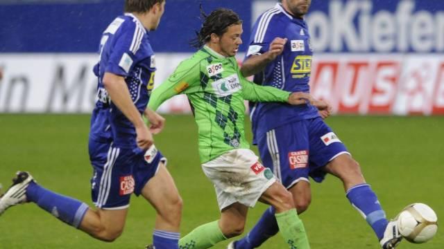 Die Luzerner Claudio Lustenberger (l.) und Tomislav Puljic luchsen Adrian Winter den Ball ab