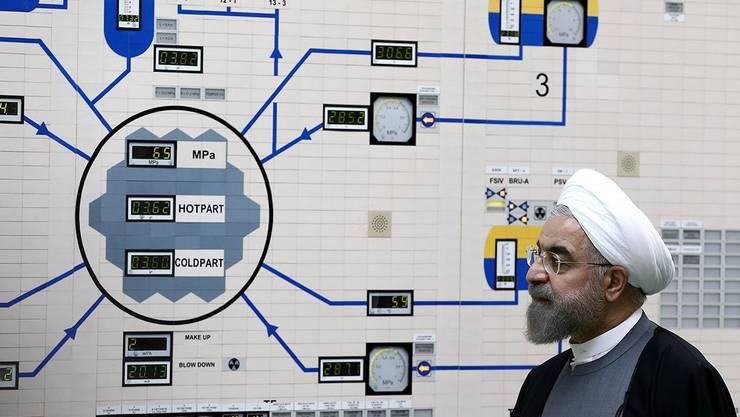 Irans Präsident Hassan Rohani beim Besuch der Atomanlage in der Stadt Bushehr: Wie weit geht das Regime bei der Urananreicherung?