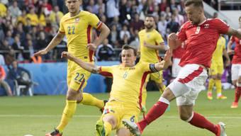 Interessierte im Nationalrat mehr als die Traktandenliste: das Spiel Schweiz-Rumänien. Im Bild von links Cristian Sapunaru, Vlad Chiriches und Haris Seferovic.