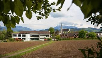 Nördlich der bestehenden Schulanlage Oberrüti kommen die neue Doppelturnhalle und der Pausenplatz zu stehen. AZ Archiv/Eddy Schambron