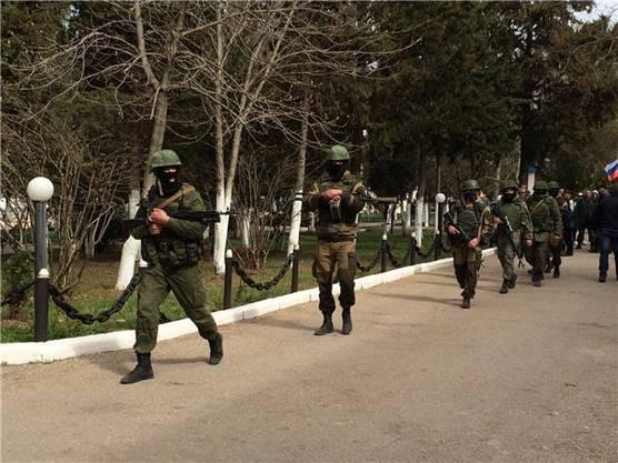 Die Russische Armee kam, um den Demonstranten zu helfen beim ukrainischen Hauptquartier der Marine.