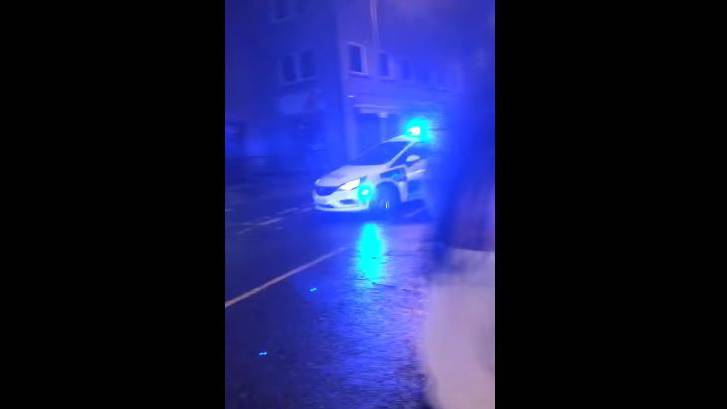Eine Auseinandersetzung vor einem Pub – und dann stiehlt die Polizei allen die Show