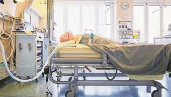 Covid-13 fordert ein weiteres Todesopfer im Aargau. Das Symbolbild zeigt einen Dummy im Kantonsspital Aarau.