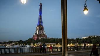 Warum genau es zur Evakuierung des Eiffelturms in Paris kam, ist nicht restlos geklärt. Es handelte sich aber um einen Fehlalarm. (Archivbild)