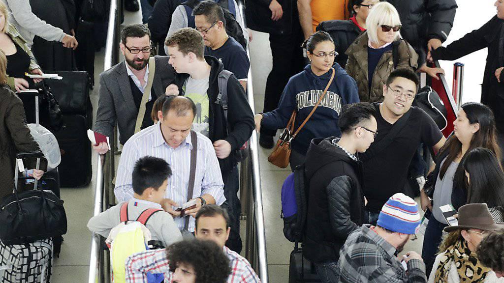Das Sicherheitspersonal an US-Flughäfen arbeitet seit mehr als vier Wochen ohne Lohn. Die Wartezeiten an den Kontrollstellen liegen an den wichtigen Flughäfen in den USA aber weiterhin im normalen Rahmen von bis zu 30 Minuten.(Archivbild)