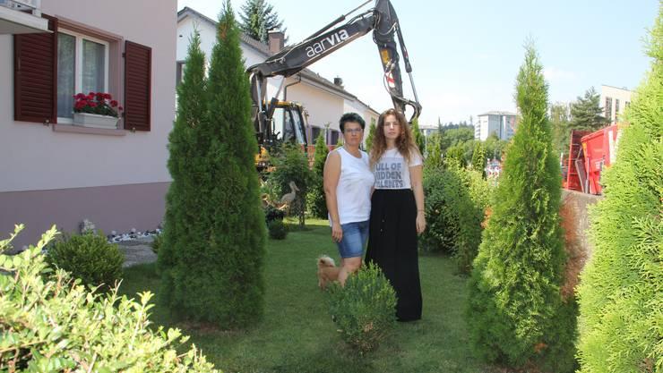 Ana (l.) und Sandra Jeremic stehen da, wo die Lärmschutzwand gebaut werden sollte.