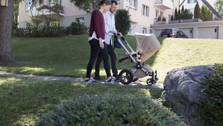 Eltern haben mehr Freiräume als früher, wie sie Kinderbetreuung und Erwerbstätigkeit aufteilen wollen. Das steigert die Lebenszufriedenheit. (Archivbild)