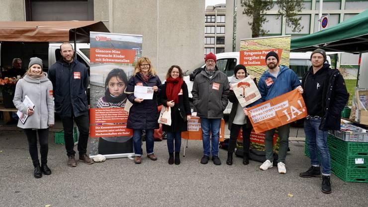 Mitglieder des Oltner Lokalkomitees für die Konzernverantwortungsinitiative am Samstagsmarkt an der Bifangstrasse