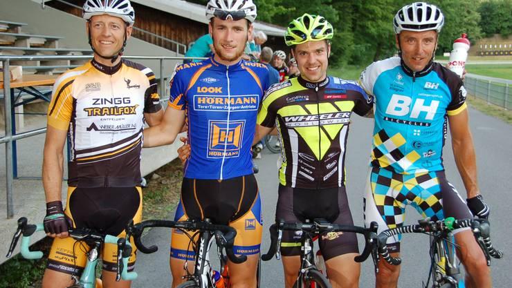 Das dritte Brugger Abendrennen wrude von Reto Stäuble (Mitte) vor Christian Weber (links) und Lucien Besancon gewonnen. Ex-Profi Sepp Christen (ganz rechts) gewann den Sprinter-Wettbewerb.