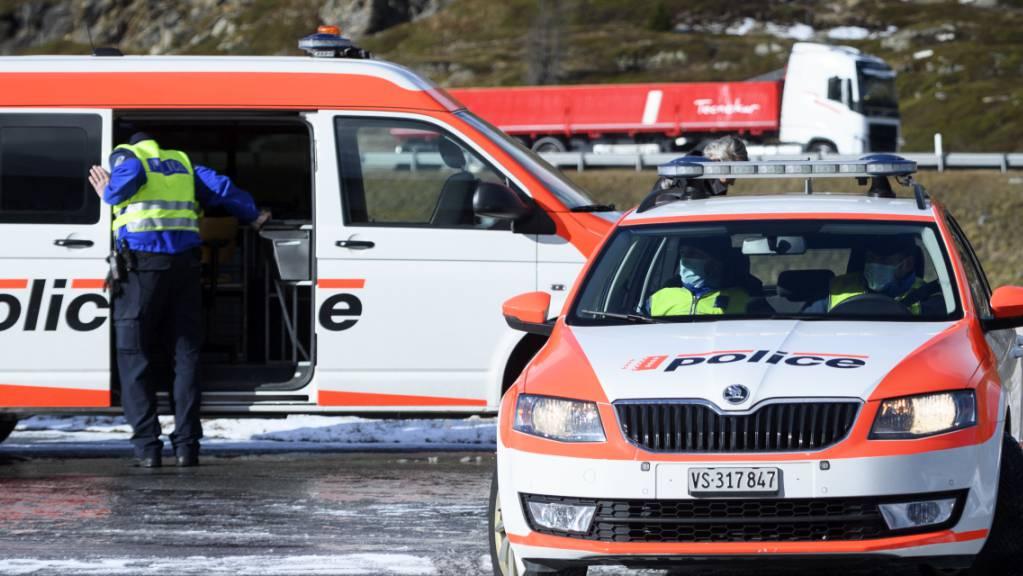 Die Walliser Kantonspolizei musste am frühen Samstagmorgen zu einem Gleitschirmunfall ausrücken. Für den Verunfallten kam jedoch jede Hilfe zu spät. (Archivbild)