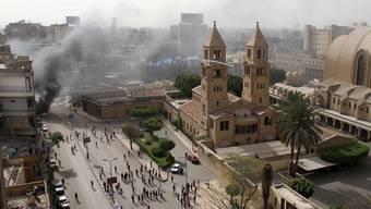 Rund um die Kathedrale von Abbassija sind Rauchschwaden