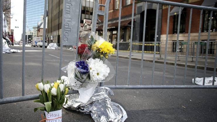 Blumenstrauss am Tatort erinnert an die Tragödie. 3 Menschen kamen bei den Anschlägen ums Leben.