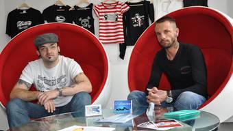 Die Tätowierer: Der 33-Jährige Miró Richter (im Bild links) kommt aus Deutschland und ist seit drei Jahren in der Schweiz. Er wohnt in Dietikon und ist Besitzer des Studios Dobermann Ink. Richter ist der Piercing- und Laserspezialist und, wie er sagt, «Mädchen für alles».  Sascha Helwig ist 35 Jahre alt und kommt aus Deutschland. Er lebt seit einem Jahr in der Schweiz und wohnt in Dietikon. Helwig hat vor zwanzig Jahren sein erstes Tattoo gestochen und ist der Tätowierer im Dobermann Ink Studio. (BHE)