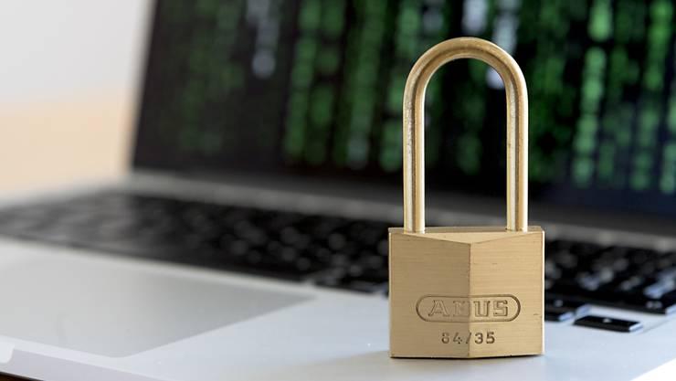 Das veraltete Datenschutzgesetz soll revidiert werden. Der Nationalrat will das in zwei Etappen tun, wie er am Dienstag beschlossen hat. (Themenbild)
