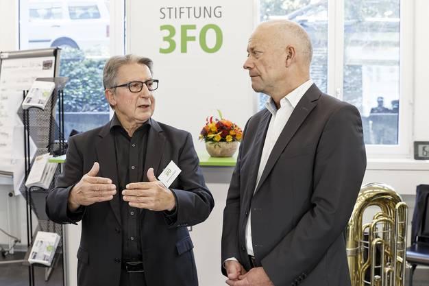 Reinhold Mathys, Gründer und Präsident der Stiftung 3FO (links), erklärt dem Oltner Stadtpräsidenten Martin Wey die Ziele und Tätigkeitsfelder der einzelnen Tochtergesellschaften.
