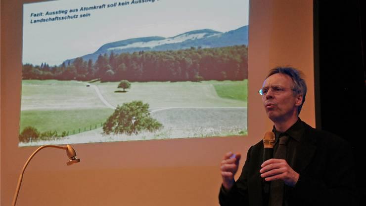 Referierte an der 1. GV des Vereins Thaler Landschaft ohne Windräder: Raimund Rodewald vor der Silhouette der Schwängimatt.