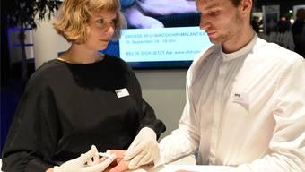 Noch ist alles Show: Jana Blöchle und Dominik Fornezzi demonstrieren, wie der Chip unter die Haut kommt.