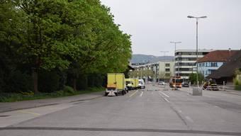 Auf der alten Badenerstrasse fliesst der Verkehr nicht mehr: Die stark begrünte Lärmschutzwand (im Bild versteckt unter den Bäumen auf der linken Strassenseite) hat heute deshalb keine Funktion mehr.