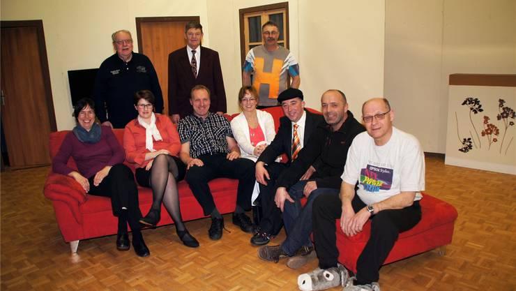 Die Darstellenden (es fehlen Madlen Rütti und Beatrice Schöni, Souffleuse); rechts aussen sitzen Daniel Schneeberger, Regisseur, und Martin Schacher, Präsident des Jodlerklubs Rosinlithal.