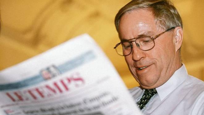SVP-Politiker Christoph Blocher beim Lesen von «Le Temps» im Jahr 1999. Foto: Keystone