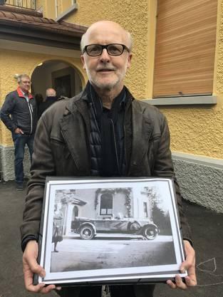Er war für den Umbau verantwortlich. Er zeigt ein Foto des Gebäudes, wie es früher aussah (Baujahr 1908).