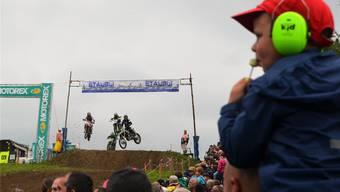 Logenplatz für eine gute Übersicht – am Motocross Muri ganz klar ein Privileg der Kleinen. fotos: eddy Schambron