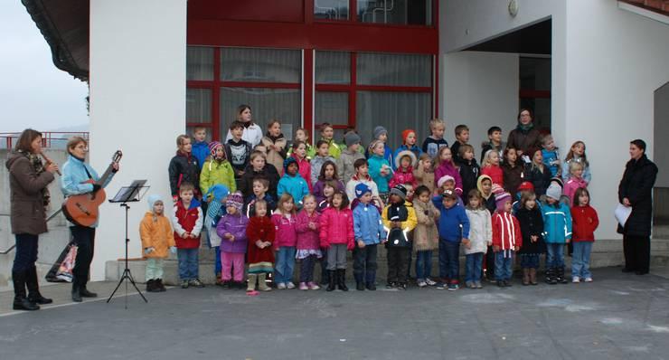 Kindergarten und Unterstufe begleiten mit Liedern die kleine Feier zum Abschluss des Projekts Schule & Natur