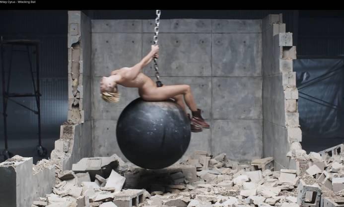 Screenshot aus ihrem neuen Video «Wrecking Ball»