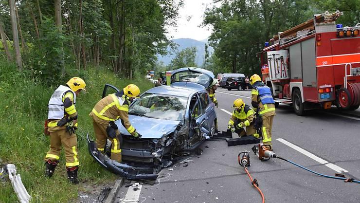 Die Lenkerin, die mit ihrem Auto auf die Gegenfahrbahn geraten war, wurde beim Unfall am Brünigpass im Wagen eingeklemmt.