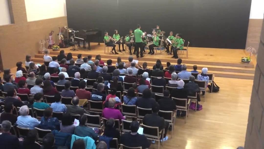 Rico Felber dirigiert das Zwischenkorps der Stadtjugendmusik Dietikon