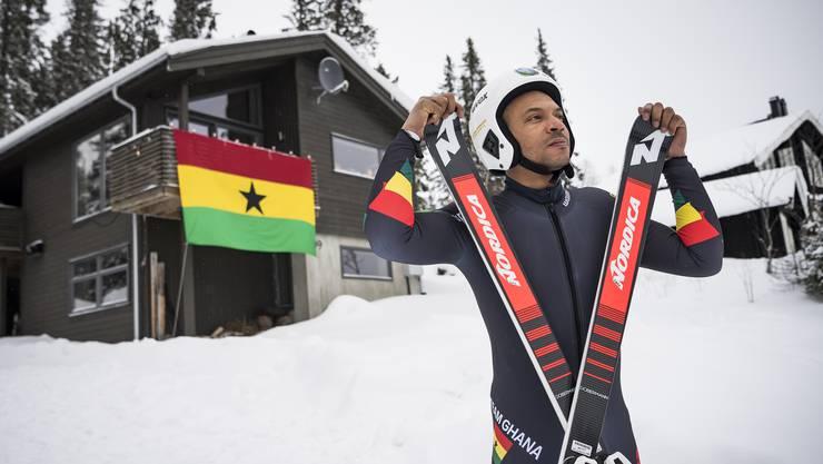 Carlos Mäder vor dem «House of Ghana» im schwedischen WM-Ort Åre.