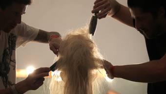Daniela Jeanneret entdeckte ihr erstes Haar. Über das Haarefärben beim Coiffeur war sie nur mässig begeistert. (Symbolbild)