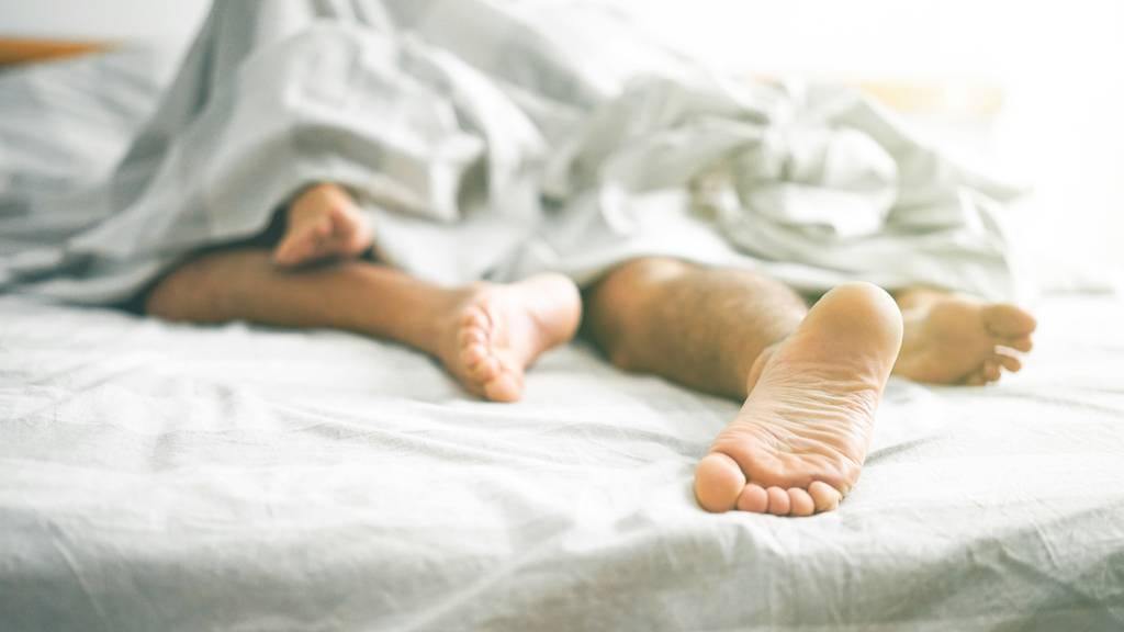 Paare, die das Bett teilen, schlafen besser