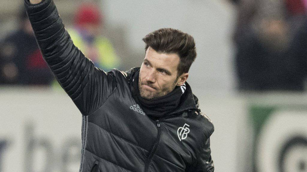 Basels Trainer Raphael Wicky winkt den Fans nach dem 2:0-Sieg in Thun zu