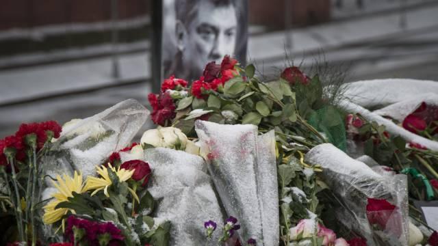 In Moskau niedergelegte Blumen für den ermordeten Nemzov (Archiv)