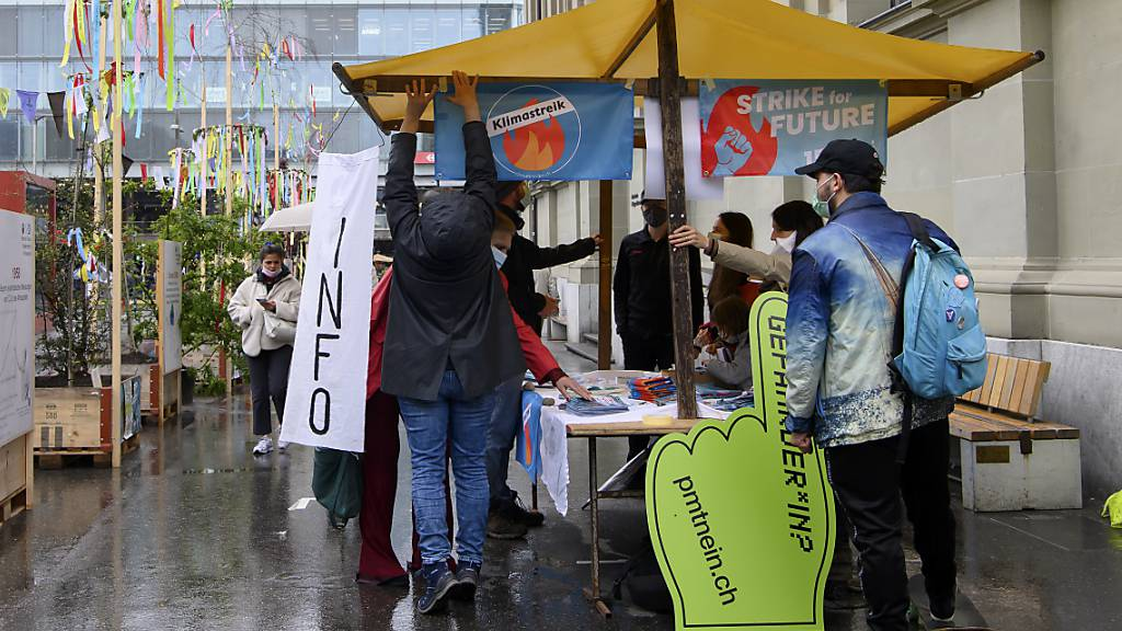 Ein Infostand im Rahmen des Aktionstages Strike for Future auf dem Berner Bahnhofplatz. (KEYSTONE/Anthony Anex) Quelle: KEYSTONE Fotograf: ANTHONY ANEX