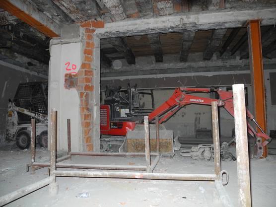 Im Foyer werden Baumaschinen zwischengelagert
