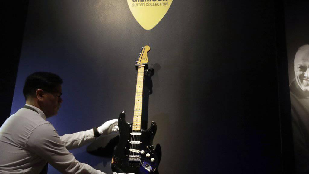 """Eine Black Fender Stratocaster (""""The Black Strat"""") von 1969 aus David Gilmours Sammlung ging für fast vier Millionen Dollar an einen anonymen Bieter."""