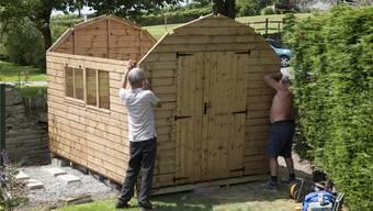 Auch für ein Gartenhaus braucht es eine Bewilligung, wenn es grösser als fünf Quadratmeter ist. Wer es ohne Bewilligung aufstellt, kann gebüsst werden. Shutterstock
