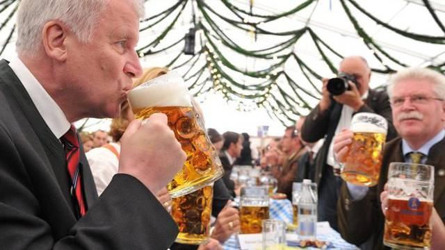 Das erste Bier gehört dem bayerischen Regierungschef: Horst Seehofer am Oktoberfest 2012