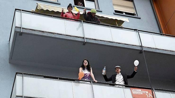 Ballone und richtige Musik. Die Balkon-Party in Olten ist perfekt.