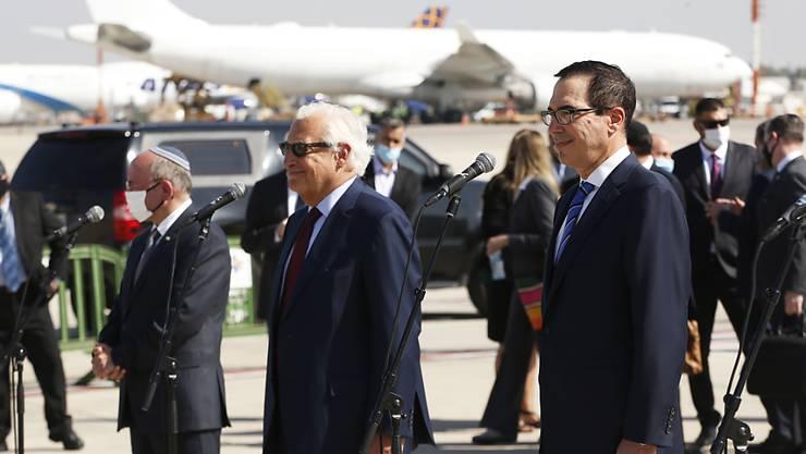 Die Delegation um US-Finanzminister Steve Mnuchin (r) am Flughafen Ben Gurion. Foto: Ronen Zvulun/Pool Reuters/AP/dpa