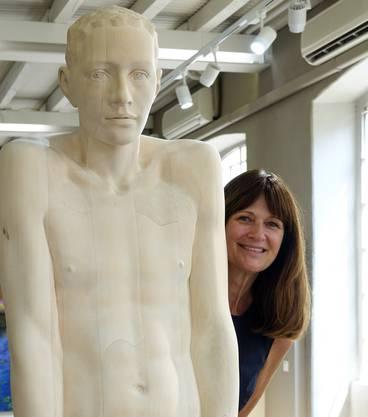 Claudia Mauthe hinter einer Skulptur von Mario Dilitz.